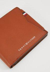 Tommy Hilfiger - CASUAL BILLFOLD WALLET REM CARD SET - Geldbörse - brown - 2