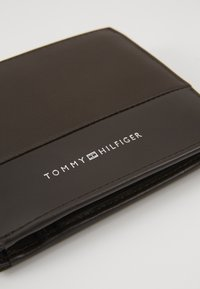 Tommy Hilfiger - TEXTURED FLAP AND COIN - Wallet - brown - 2