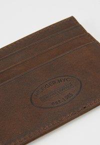 Tommy Hilfiger - JOHNSON HOLDER - Wallet - brown - 2