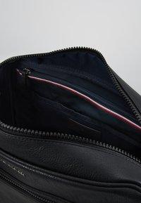 Tommy Hilfiger - ESSENTIAL MESSENGER - Across body bag - black - 4