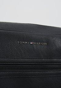 Tommy Hilfiger - ESSENTIAL MESSENGER - Across body bag - black - 6
