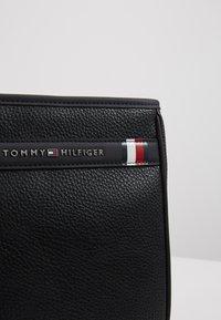 Tommy Hilfiger - DOWNTOWN MINI CROSSOVER - Taška spříčným popruhem - black - 5
