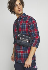 Tommy Hilfiger - ELEVATED MINI CAMERA BAG - Bum bag - blue - 1