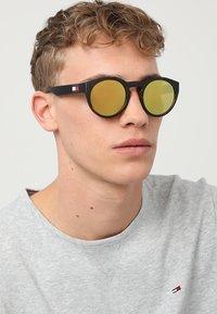 Tommy Hilfiger - Sluneční brýle - gold-coloured - 1