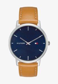 Tommy Hilfiger - WATCH - Watch - camel/blue - 1