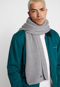 Tommy Jeans - BASIC FLAG SCARF - Sjaal - grey - 0