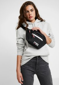 Tommy Jeans - COOL CITY BUMBAG - Saszetka nerka - black - 5