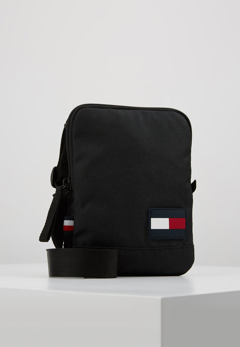 Tommy Hilfiger - CORE COMPACT CROSSOVER - Ledvinka - black