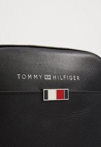 Tommy Hilfiger - MINI REPORTER - Taška spříčným popruhem - black - 6