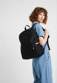 Tommy Hilfiger - ESSENTIAL BACKPACK - Tagesrucksack - black - 5