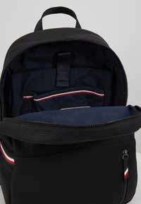 Tommy Hilfiger - ESSENTIAL BACKPACK - Tagesrucksack - black - 4