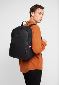Tommy Hilfiger - ESSENTIAL BACKPACK - Tagesrucksack - black - 1