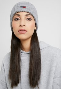 Tommy Jeans - BASIC FLAG BEANIE - Czapka - grey - 3