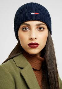 Tommy Jeans - BASIC FLAG BEANIE - Čepice - blue - 3