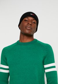 Tommy Jeans - BASIC FLAG BEANIE - Bonnet - black - 1