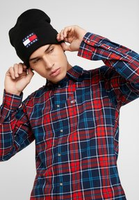 Tommy Jeans - HERITAGE FLAG BEANIE - Pipo - black - 1