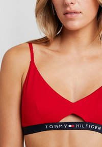 Tommy Hilfiger - CORE SOLID LOGO BRALETTE  - Bikinitop - tango red - 5