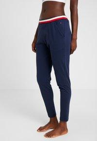 Tommy Hilfiger - MODERN STRIPE PANT - Pyjamabroek - navy blazer - 0