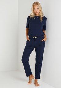 Tommy Hilfiger - TEE HALF - Pyjamasoverdel - blue - 1