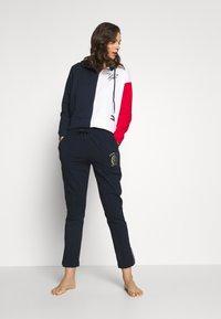 Tommy Hilfiger - HOODIE COLORBLOCK - Haut de pyjama - navy blazer - 1