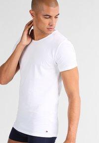 Tommy Hilfiger - 3 PACK - Undershirt - white - 1