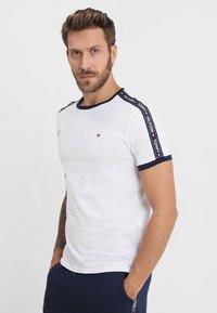 Tommy Hilfiger - TEE - Camiseta de pijama - white - 0