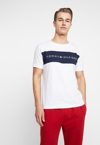 Tommy Hilfiger - TEE LOGO FLAG - Pyjamasoverdel - white - 0