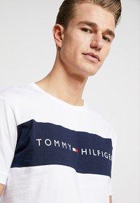 Tommy Hilfiger - TEE LOGO FLAG - Pyjamasoverdel - white - 4