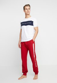 Tommy Hilfiger - TEE LOGO FLAG - Pyjamasoverdel - white - 1