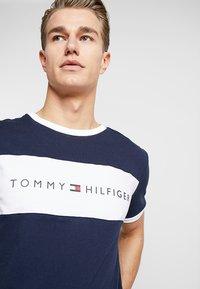 Tommy Hilfiger - TEE LOGO FLAG - Camiseta de pijama - blue - 4