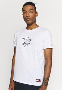 Tommy Hilfiger - TEE LOGO - Pyžamový top - white - 0