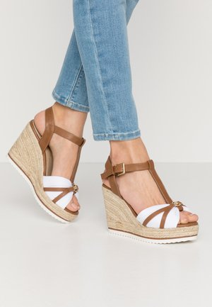 High heeled sandals - camel/white