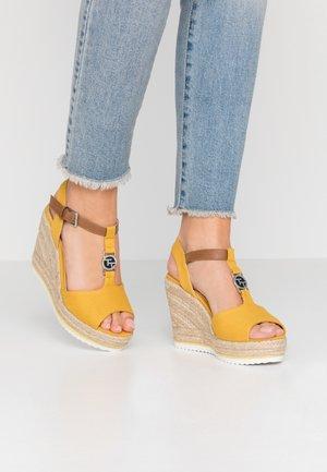 Sandały na obcasie - yellow