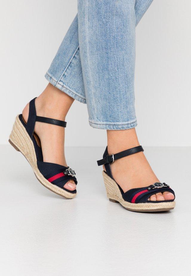 Korkeakorkoiset sandaalit - navy