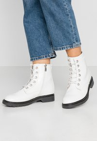 TOM TAILOR - Botines con cordones - white - 0