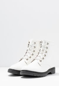 TOM TAILOR - Botines con cordones - white - 4