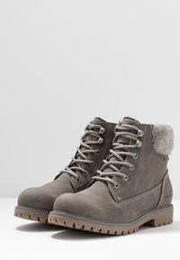 TOM TAILOR - Šněrovací kotníkové boty - mud - 4