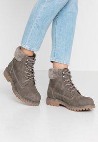 TOM TAILOR - Šněrovací kotníkové boty - mud - 0