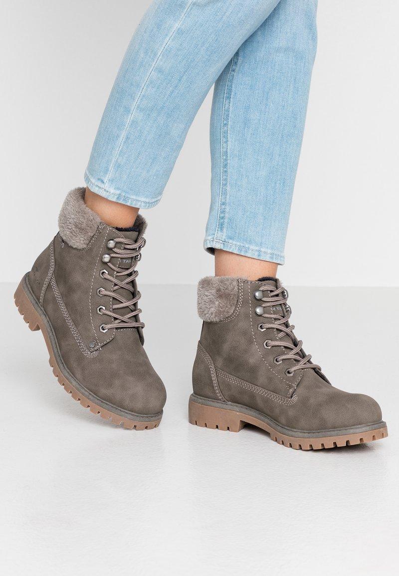 TOM TAILOR - Šněrovací kotníkové boty - mud