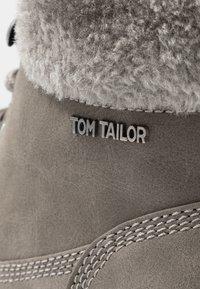 TOM TAILOR - Šněrovací kotníkové boty - mud - 2