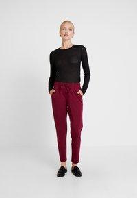 TOM TAILOR - PANTS ANKLE - Pantalones deportivos - tile red - 1