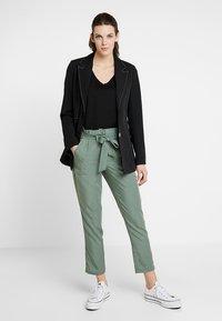TOM TAILOR - PAPERBAG PANTS ANKLE - Pantalones - pale bark green - 2