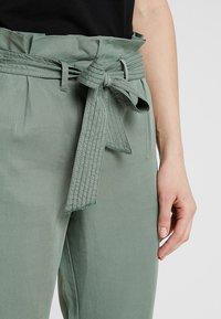 TOM TAILOR - PAPERBAG PANTS ANKLE - Pantalones - pale bark green - 5