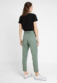 TOM TAILOR - PAPERBAG PANTS ANKLE - Pantalones - pale bark green - 3