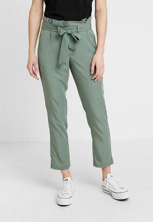 PAPERBAG PANTS ANKLE - Kalhoty - pale bark green