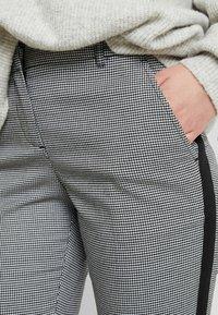 TOM TAILOR - MIA SLIM - Spodnie materiałowe - black/white - 4
