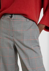 TOM TAILOR - CHECKED CULOTTE - Spodnie materiałowe - black/white/red/grey