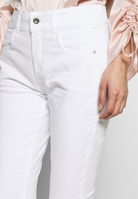 TOM TAILOR - KATE CAPRI - Szorty jeansowe - white - 4
