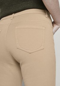 TOM TAILOR - TOM TAILOR ALEXA CROPPED - Jeans slim fit - cream toffee - 4