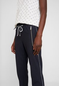 TOM TAILOR - LOOSE FIT PANTS WITH ZIPS - Tygbyxor - navy blue - 5